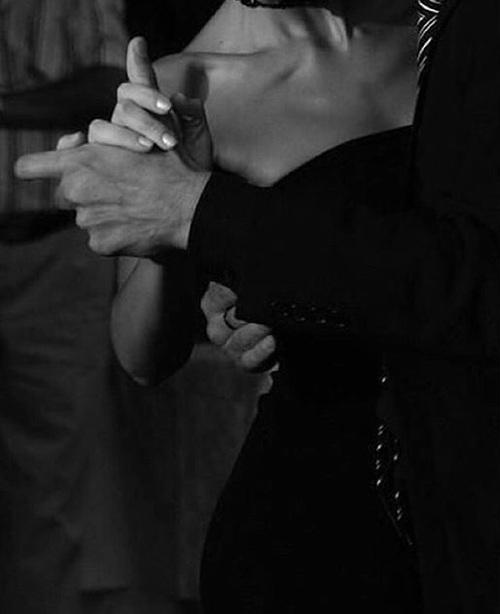 Rochia neagră, tocurile și dansul